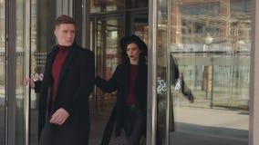 Uscite alla moda delle coppie dal centro commerciale video d archivio