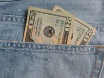 USD примечаний в карманн голубых джинсов Стоковые Изображения
