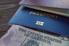Usd货币和ID护照旅行的 免版税库存图片