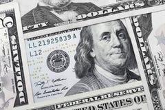 4 USD-Anmerkungen bilden ein Quadrat mit einer 100 USD Anmerkung im midd Stockbild