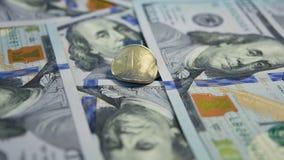 俄国货币反对一百美国美元(100 USD) banknotes'背景的一卢布(1磨擦)硬币 库存图片
