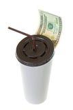 20 USD Dollar-Banknotengeld, das Weißbuchschale für Kaffee verlässt Lizenzfreie Stockbilder