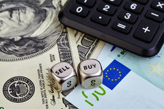 USD EUR钞票,把立方体,计算器切成小方块 库存图片