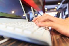 Use o computador no café líquido Imagens de Stock