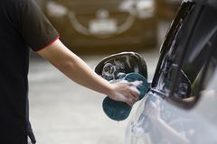 Use seu assistente para travar a esponja e para lustrar a janela de carro foto de stock royalty free