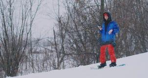Use seu smartphone para tomar imagens das paisagens quando snowboarding na inclinação do esqui filme