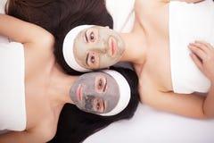 Use twarzy maska twarzy dwa młode kobiety w piękno salonie Fotografia Royalty Free
