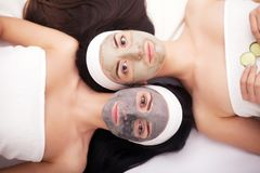 Use twarzy maska twarzy dwa młode kobiety w piękno salonie Obraz Stock