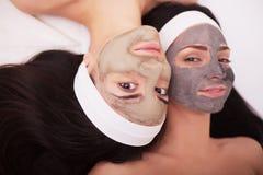 Use twarzy maska twarzy dwa młode kobiety w piękno salonie Zdjęcia Royalty Free