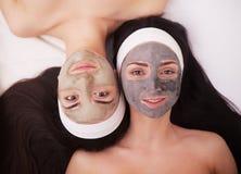 Use twarzy maska twarzy dwa młode kobiety w piękno salonie Obrazy Royalty Free