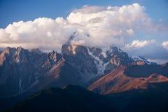 Ushba is de mooiste piek van de Kaukasus Stock Afbeeldingen