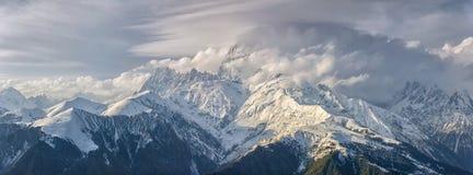 Ushba in den Wolken Stockfotografie