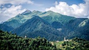 Ushguli,乔治亚- 2015年8月3日:小村庄在Ushguli地区的看大高加索山脉山,乔治亚 免版税图库摄影