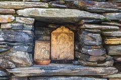Ushguli, Svaneti, Georgia - ottobre 2018: Icone invecchiate della chiesa di Lamaria nella comunità rurale di Ushguli in montagne  immagini stock