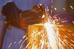 Usi la torcia dell'acetilene a tagliare il metallo Fotografia Stock Libera da Diritti