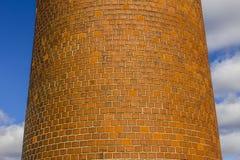 Usine abandonnée avec la cheminée de brique et les restes de la centrale III Photographie stock libre de droits