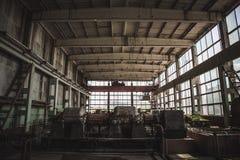 Usine abandonnée grande par obscurité à l'intérieur d'intérieur, fond industriel abandonné photos stock