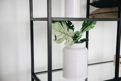 Usine artificielle ? feuilles persistantes mise en pot moderne dans un vase utilis? dans la d?coration int?rieure photo stock
