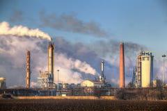 Usine avec la pollution atmosphérique Photographie stock libre de droits