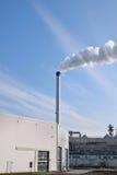 Usine chimique avec de la fumée Image stock
