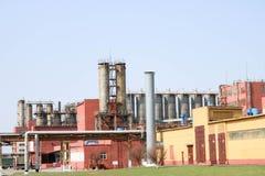 Usine chimique avec des colonnes de rectification, réacteurs, échangeurs de chaleur, tuyaux, réservoirs, équipement, bâtiments de image stock