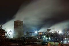 Usine chimique la nuit Photographie stock libre de droits