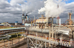 Usine chimique pour la production du fertilisation à ammoniaque et à azote le temps de jour Photos libres de droits