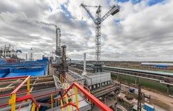 Usine chimique pour la production du fertilisation à ammoniaque et à azote le temps de jour Grue géante à l'usine Photos libres de droits