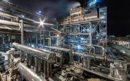 Usine chimique pour la production du fertilisation à ammoniaque et à azote sur la nuit photographie stock