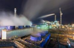 Usine chimique pour la production du fertilisation à ammoniaque et à azote sur la nuit Photographie stock libre de droits