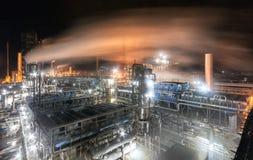 Usine chimique pour la production du fertilisation à ammoniaque et à azote sur la nuit Photo stock