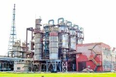 Usine chimique pour le traitement des produits pétroliers avec des colonnes de rectification, réacteurs, échangeurs de chaleur, t photo libre de droits