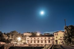 Usine d'énergie hydroélectrique au clair de lune Photo libre de droits