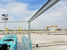 Usine de béton préfabriqué avec le ciel bleu dans le chantier de construction photographie stock libre de droits