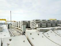 Usine de béton préfabriqué avec le ciel bleu dans le chantier de construction photo stock