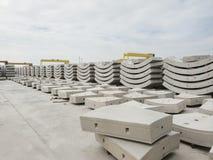 Usine de béton préfabriqué avec le ciel bleu dans le chantier de construction image stock