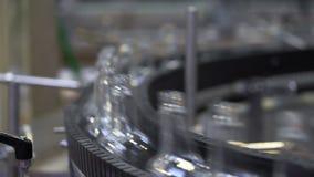 Usine de bouteille en verre Bande de conveyeur closeup banque de vidéos
