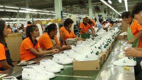 Usine de chaussure en Asie banque de vidéos