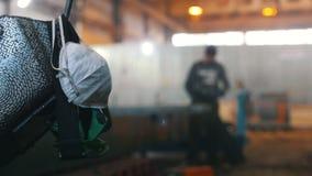 Usine de construction Un masque de protection Un travailleur d'homme ? l'aide d'une machine de meulage sur un fond clips vidéos