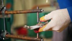 Usine de construction Un travailleur d'homme faisant un détail utilisant une machine de chauffage Soudant les pièces de détail en clips vidéos