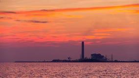 Usine de courant électrique contre le coucher du soleil Image stock