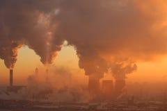 Usine de pollution à l'aube Images stock