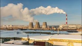 Usine de production combinée de chaleur et d'électricité pendant l'hiver banque de vidéos