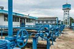 Usine de purification de traitement des eaux usées  photo stock