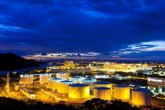 Usine de réservoirs de stockage de pétrole la nuit Photographie stock libre de droits