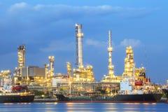 Usine de raffinerie de pétrole dans le domaine d'industrie lourde Photo stock