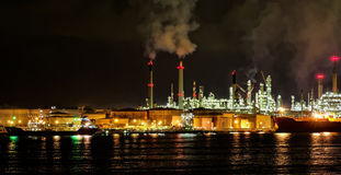 Usine de raffinerie de pétrole la nuit Photos stock