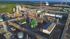 Usine de raffinerie de gaz et de pétrole et panorama de chauffage de station banque de vidéos