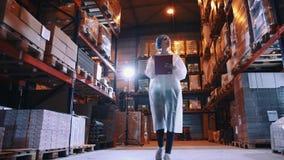 Usine de sucrerie Contrôleur vérifiant la salle d'entreposage d'usine banque de vidéos