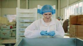 Usine de sucrerie Ouvrier vérifiant la machine à emballer banque de vidéos